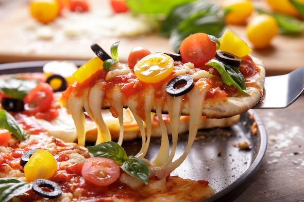 Заделывают плавленый сыр на итальянской домашней пицце