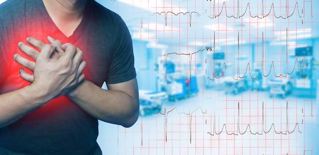 クローズアップ男性は心臓病、心臓発作によって引き起こされる胸の痛みを持っています。