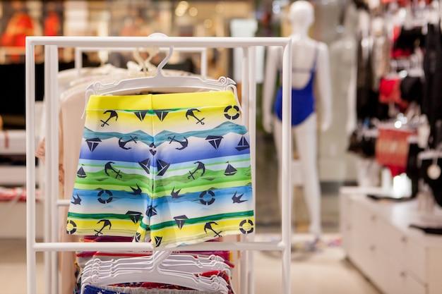 Крупным планом мужские плавки в магазине