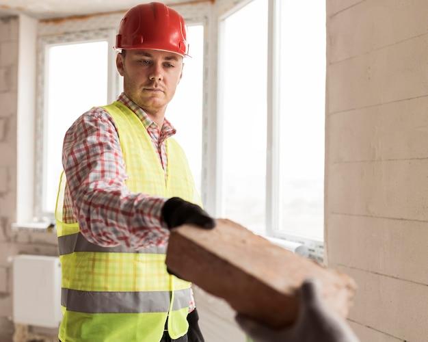 Uomini del primo piano che lavorano nella costruzione