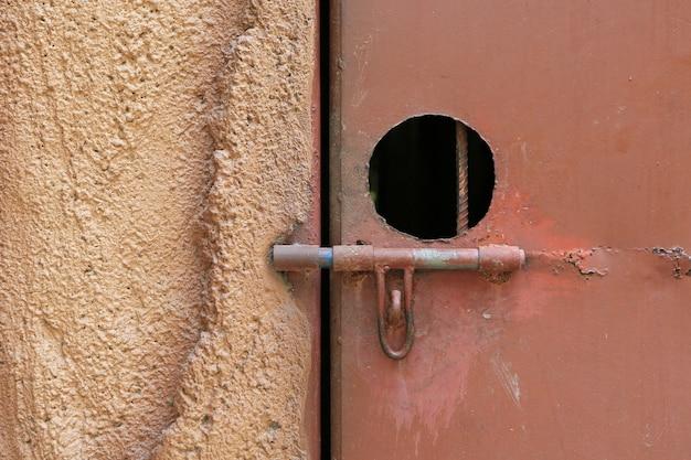 Крупный план металлическая дверная защелка с замком.