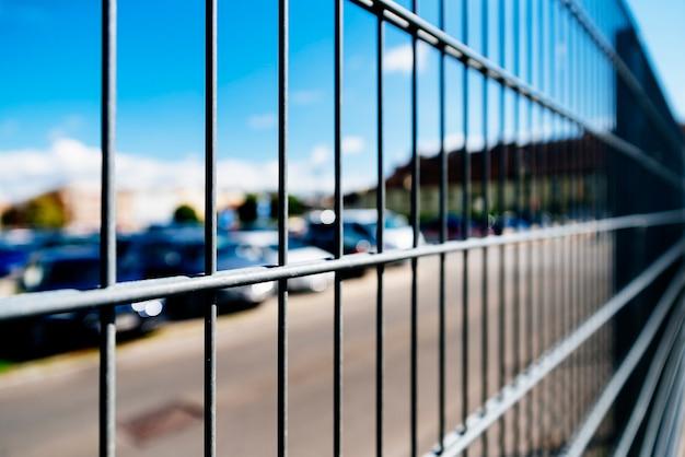駐車場の金属製グリルまたは柵をクローズアップします。セキュリティの概念。