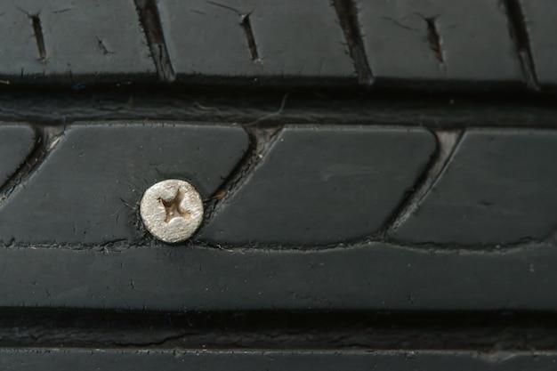 타이어에 수 놓은 금속 나사 못을 닫습니다