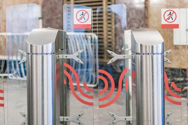 現代の会社や建物の金属製回転式改札口をクローズアップb