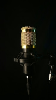 Крупным планом микрофон на черном фоне, звуковая концепция