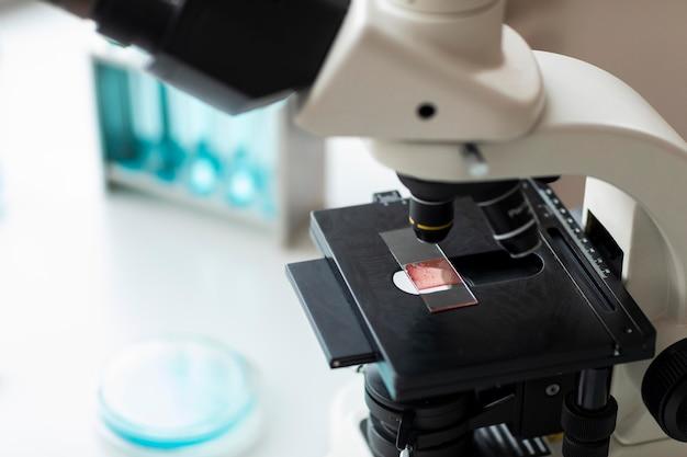Primo piano microscopio e vetrino