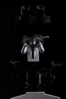 黒の背景に分離されたクローズアップ顕微鏡