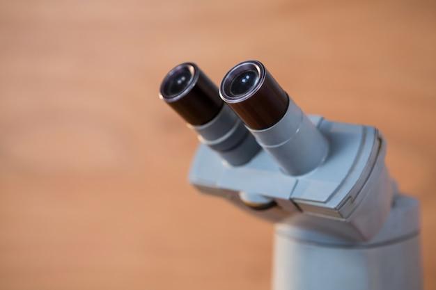 Primo piano microscopio su un tavolo
