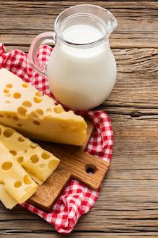 クローズアップの牛乳とチーズ