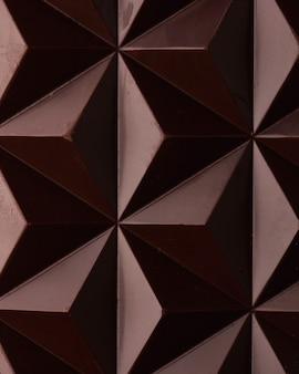 Крупным планом молочный шоколад с геометрическим орнаментом