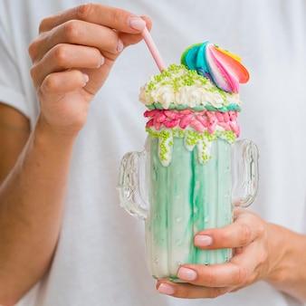 Молочный коктейль крупным планом со взбитыми сливками