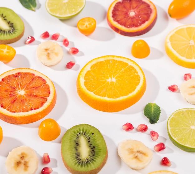 Miscela del primo piano di frutta affettata