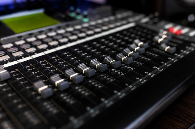 Dj、ソングライター、音楽プロデューサーのレコードスタジオでミキサーをクローズアップします。楽器の写真。