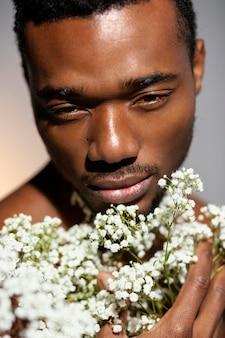 花の肖像画を保持しているクローズアップモデル