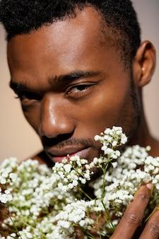 花を保持しているクローズアップモデル