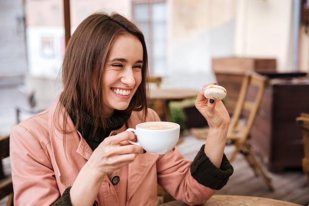 カフェでコートを着たモデルをクローズアップ。