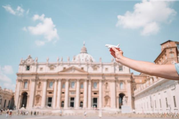 バチカン市国とサンピエトロ大聖堂教会、ローマ、イタリアの模型飛行機を閉じます。