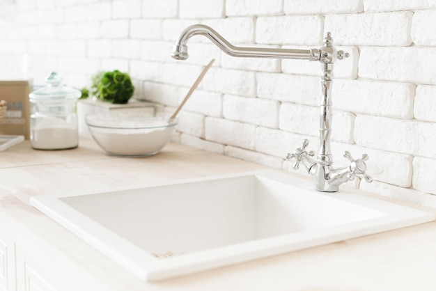 Макро современная ванная комната раковина