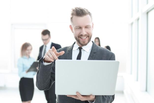 Крупным планом современного бизнесмена, глядя на экран ноутбука