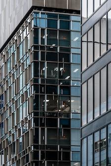 市内の近代的なオフィスビルのクローズアップ