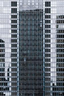 Крупный план современных офисных зданий в городе
