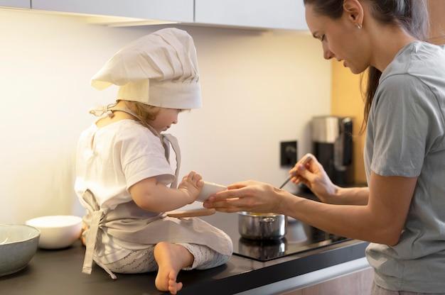 キッチンでクローズアップのママと子供