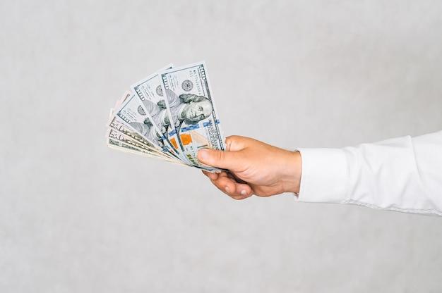 Крупным планом деньги в руке мужчины. на светлом фоне.