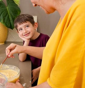 母と少年の料理をクローズアップ