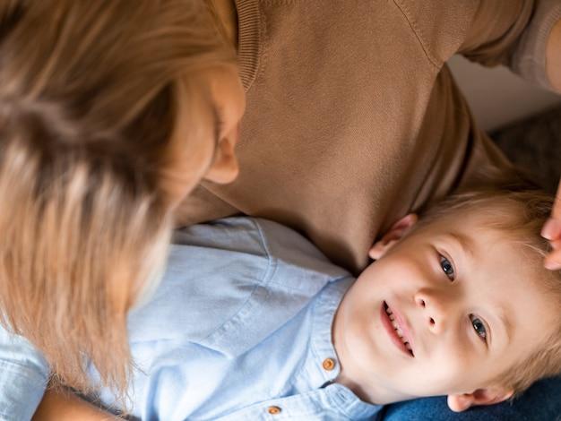 Мать крупным планом и милый молодой мальчик вместе