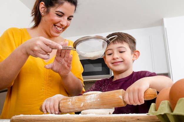 一緒に料理をしている母と子をクローズアップ