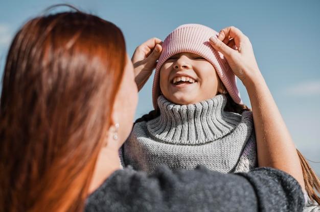 Крупным планом мать и ребенок на открытом воздухе