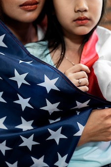 Крупным планом мать и ребенок с флагом