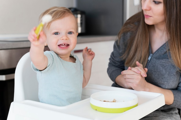 母と笑顔の幼児をクローズアップ