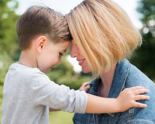 公園でクローズアップの母と息子