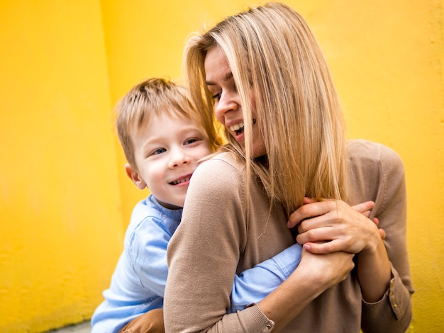 Макро мать и сын играют вместе