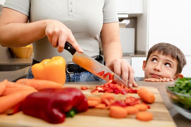 野菜を切る母をクローズアップ