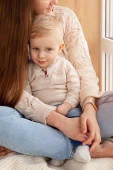 Крупным планом мать обнимает сына