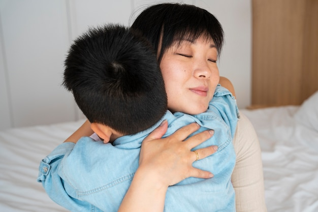 Close up madre e bambino abbracciati