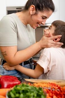 子供を見ている母親をクローズアップ