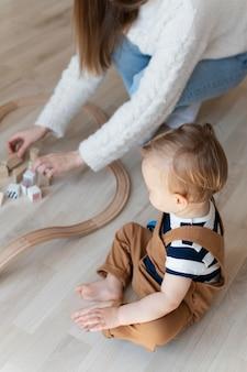 Крупным планом мать играет с ребенком