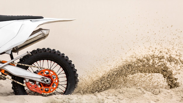 Крупный план езды на мотоцикле по пустыне