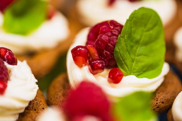 나무 딸기와 휘 핑된 크림과 함께 근접 머핀