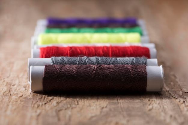 Primo piano di bobine di filo multicolore