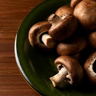 Крупный план грибы на тарелке
