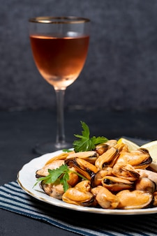 Мидии крупным планом с бокалом вина