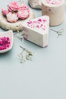 Закройте кусок натурального мыла с эфирными маслами