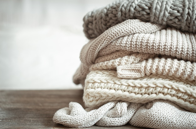 Primo piano di articoli lavorati a maglia ordinatamente piegati di colore pastello