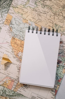 Крупный план ноутбука и планшет на карте