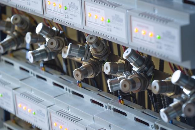 多数の金属光センサーのクローズアップ