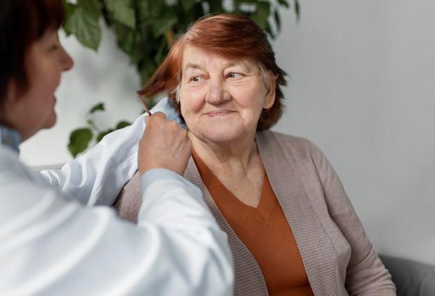 여자 머리를 솔 질하는 간호사를 닫습니다